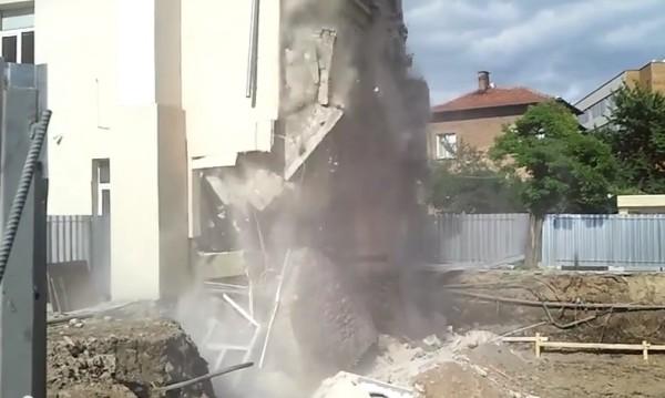 Срутването на гимназията в Казанлък в кадър