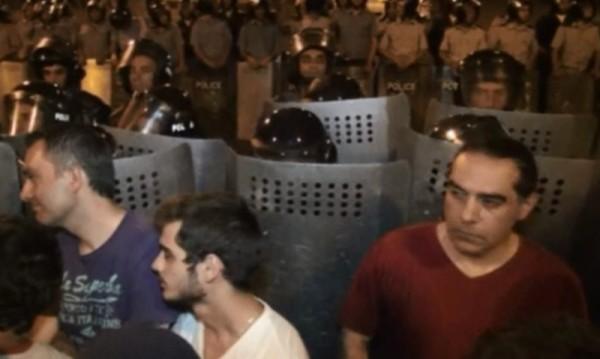 Протестите срещу скока на тока в Армения продължават