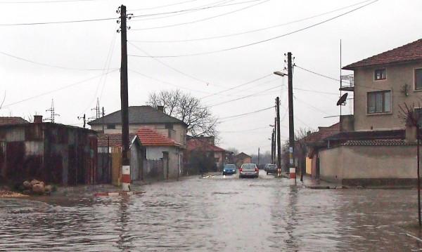 Евакуираха семейство от наводнена къща в Троян