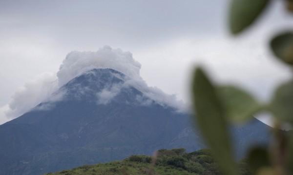 Стотици бяха евакуирани след изригване на вулкан в Мексико