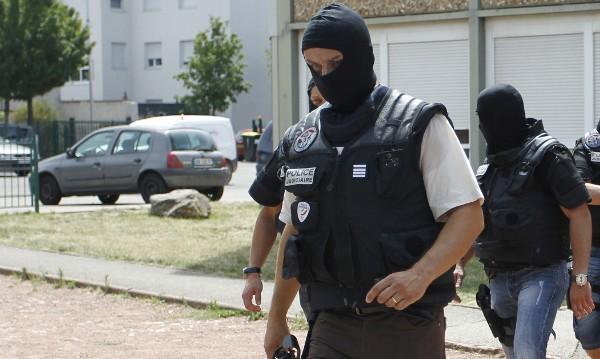 Въоръжени са се барикадирали в магазин край Париж