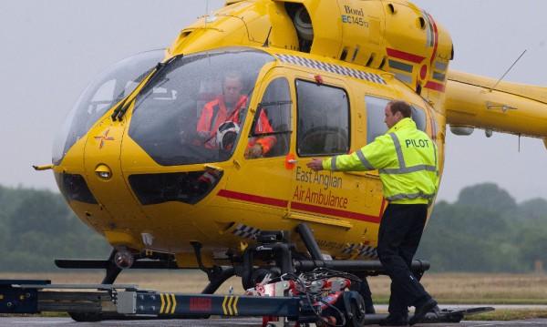 Принц Уилям започна работа като пилот на въздушна линейка