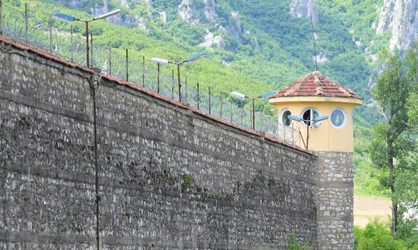 КЗК спря поръчката за храна на затворниците