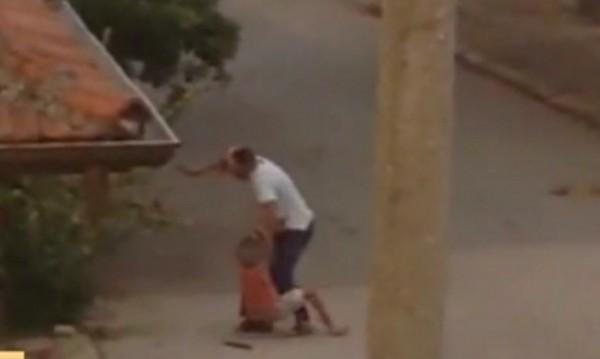 Мъж преби дете с пръчка... за едната синя слива