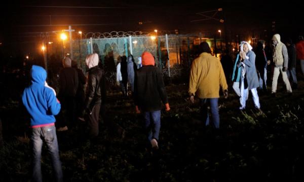 Стотици мигранти отново щурмуваха загражденията на тунела под Ламанша