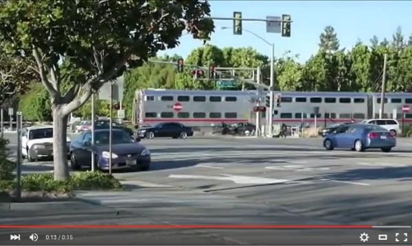 Полицай спаси пиян от зловещ сблъсък с влак