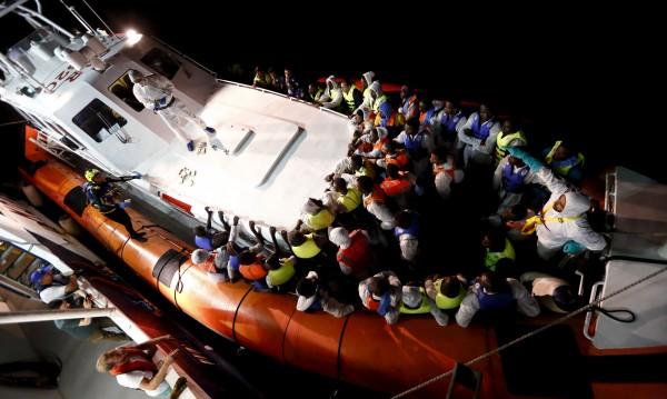 Кораб със стотици мигранти се обърна към Либия, има загинали