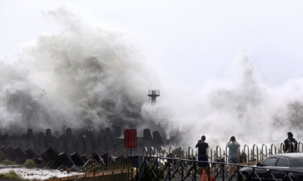 "Евакуация в Китай заради тайфуна ""Соуделор"""