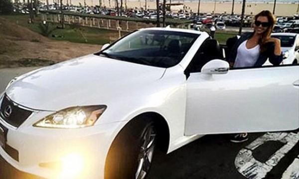 Любовницата на Бен Афлек подкара Lexus