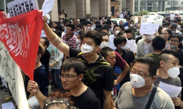 Жители на Тянцзин искат обезщетения след експлозиите