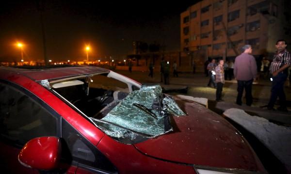 Кола бомба се взриви пред полицейски участък в Кайро