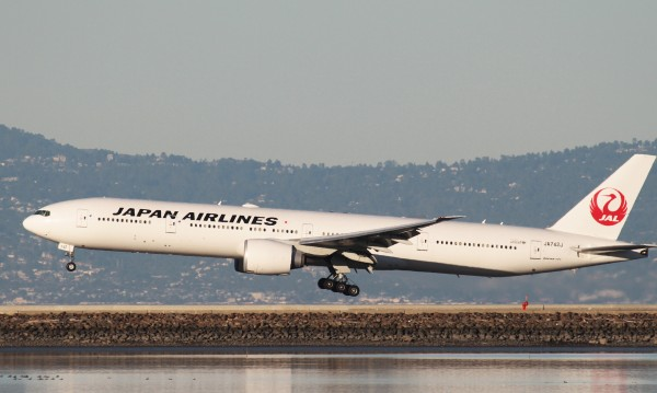 Японски Боинг 777 кацна аварийно в Осака