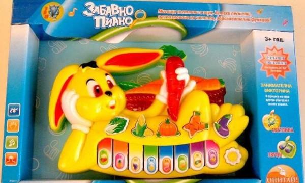 Забавно детско пиано зайче нелегално пее шлагер