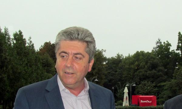Първанов зове политиците за общо решение за бежанците