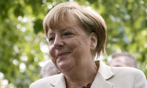 """Бежанците """"изяждат"""" рейтинга на Меркел"""