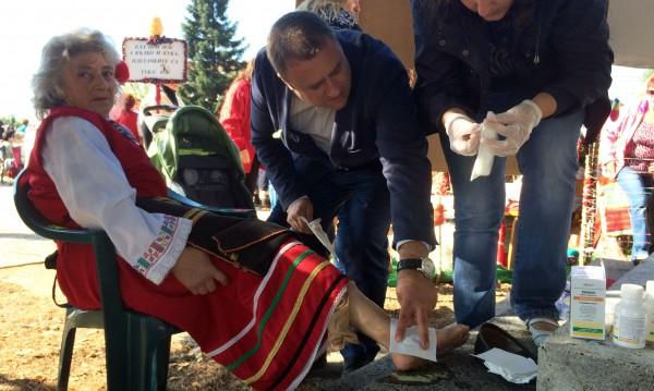 Кандидат кмет помогна на баба, премазана от каруца