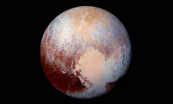 Синьо небе и червен лед има на Плутон