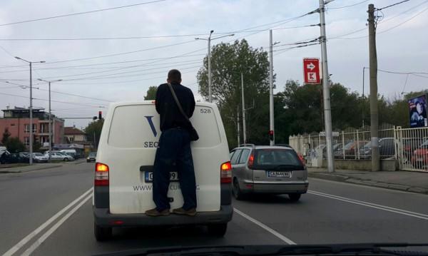 Хора, пътища, инкасо автомобил и един... охранител