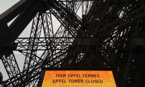 Айфеловата кула потъна в мрак след трагедията в Париж