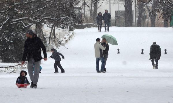 27 сантиметра сняг газят в Кнежа, в София – само 6
