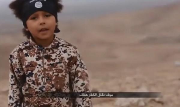 """4-годишен """"джихадист"""" в новия пропаганден клип на ИД"""