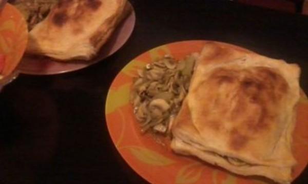 Рецептата Dnes: Пилешко с гъби и лук в бутер тесто