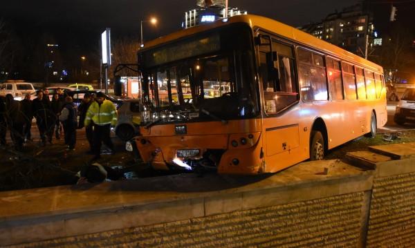 Автобус помля няколко коли и се заби до подлез в София