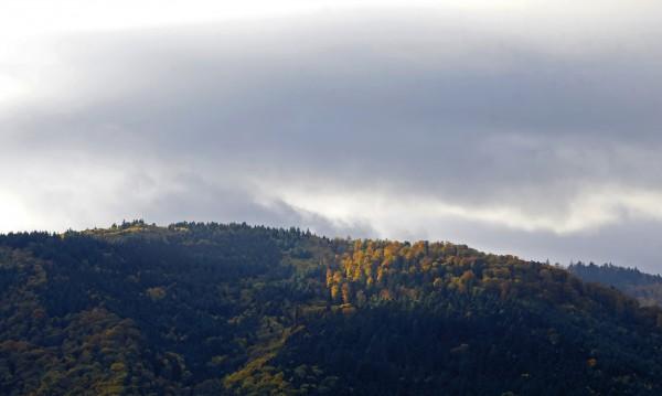 Топъл уикенд, но облачен и мъглив