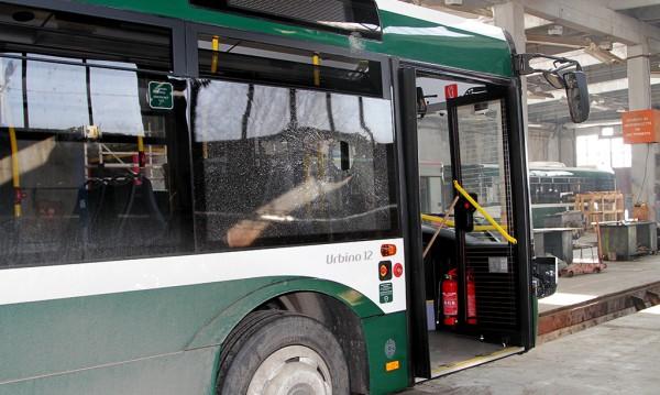 Вандали строшиха пак стъкло на автобус в Стара Загора