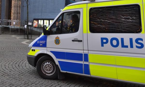 Мъж с нож държи заложници в жилище в Стокхолм