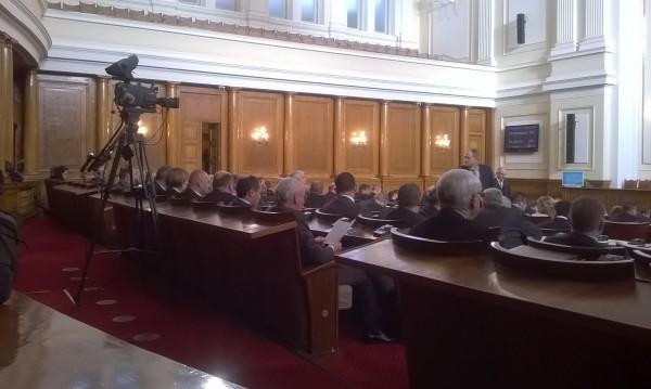 Ден първи в парламента – ред последен за Местан