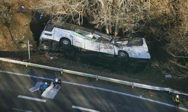 Автобус падна от скала, 14 души загинаха