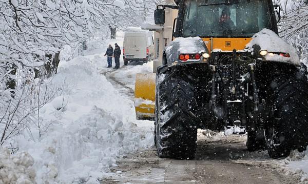 Над 1100 машини чистиха снега по пътищата
