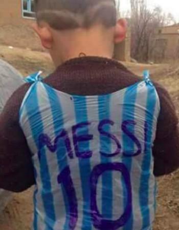 Хиляди дирят иракчанче, за да му подарят... тениска