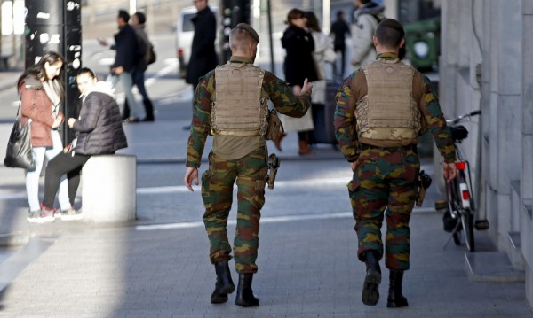 """Войник е бил повален на земята от младежи в кв. """"Моленбек"""" в Брюксел"""