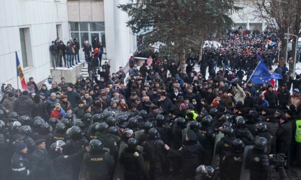Протестиращи щурмуваха парламента на Молдова