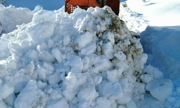 Мъж падна в 5-метрова преспа сняг, спасиха го