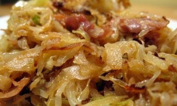 Рецептата Dnes: Пържено зеле с бекон, лук и чесън