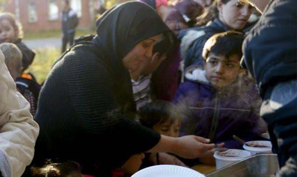Бежанец намушка служителка на центъра, в който е настанен