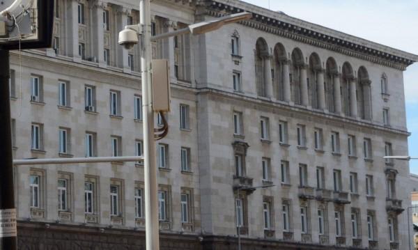Масова сеч в министерствата: На чиновници и бонуси!