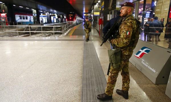 Паника в Рим заради мъж с пушка, но… пластмасова