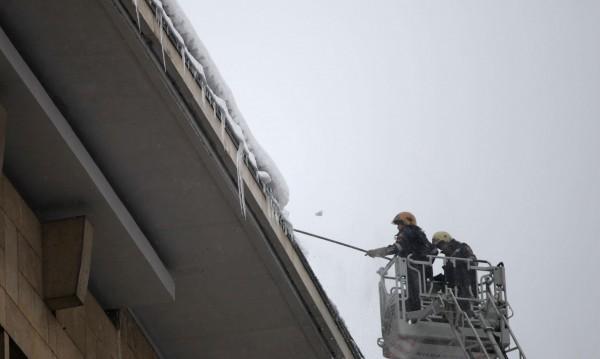 Внимание! Сняг и лед пада от покривите в София