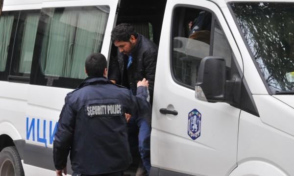Брезнишките полицаи спипаха 37 мигранти в 2 коли