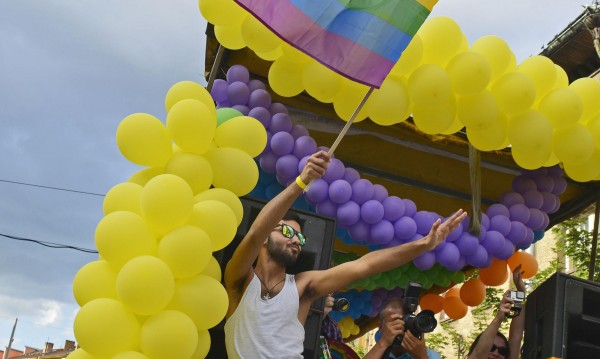 Църквата ще помага на гейовете... да се покаят