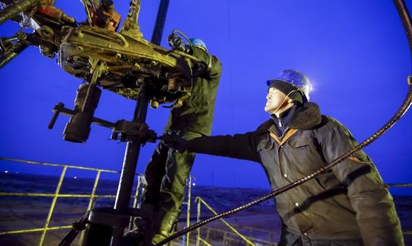 НАТО: Евтиният петрол може да запали политически искри