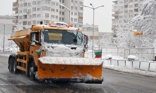 София пак е бяла! 80 снегорина чистят улиците