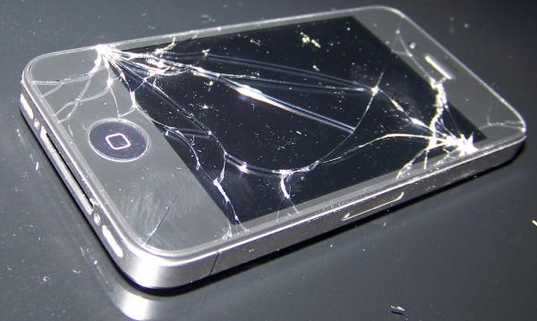 Счупил си си iPhone-a? Apple ще ти го замени!