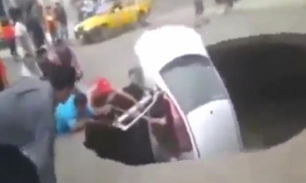 """Спасителна акция """"Погълната кола"""" в Перу"""