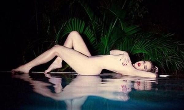 Клое Кардашиян лъсна гола, била като Мерилин