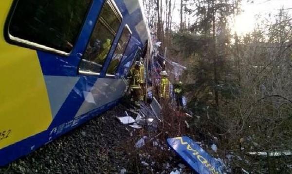 Над 150 ранени при челен сблъсък на влакове в Германия